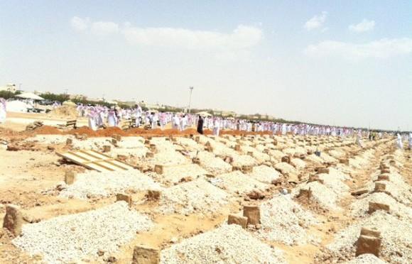 Похоронная процессия с телом юноши, лежащим на носилках  с непокрытой головой, движется к кладбищу аль-Бакиа