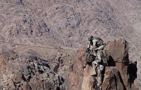 Точечная операция по спасению раненного бойца ВС, после падения его в труднодоступном участке местности поблизости от аль-Маляхиты