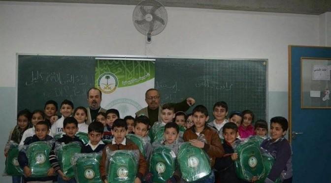 Королевство раздаёт школьные портфели детям сирийцев