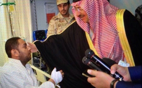 Наследный принц посетил семьи жертв теракта в Ахсе и  навестил раненых