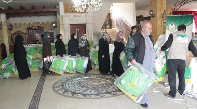 Саудийская национальная компания распределила 4840 комплектов зимней одежды среди сирийских беженцев в Ливане