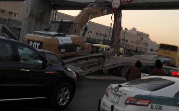 Экскаватор «Poclain» едва не обрушил пешеходный переход на проспекте аль-Хаир в Эр-Рияде