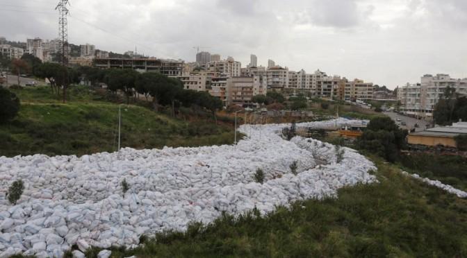 Река из мусора в Ливане