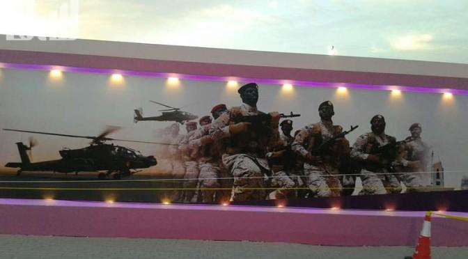 Изображение Служителя Двух Святынь размещено над входом на 10-ый фестиваль цветов в Янбу