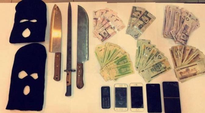 Полиция Эр-Рияда арестовала банду из  молодых людей, ограбивших кондитерскую, будучи вооружёнными холодным оружием