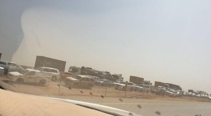 Плотное движение автомобилей по шоссе в направлении из Эр-Рияда в Дамам