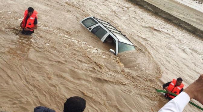 Гражданская оборона Асира сообщает о ряде инцидентов и спасении блокированных водными потоками