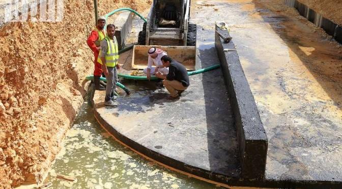 Работа подрядчика стала причиной подтопления 8 съезда с кольцевой дороги Эр-Рийяд  …оставленный бетонный блок закрыл сток ливневой канализации