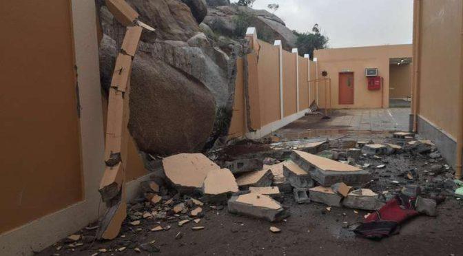 Большая скала разрушила забор школы в провинции Таиф, департамент Гражданской обороны распорядился эвакуировать школу