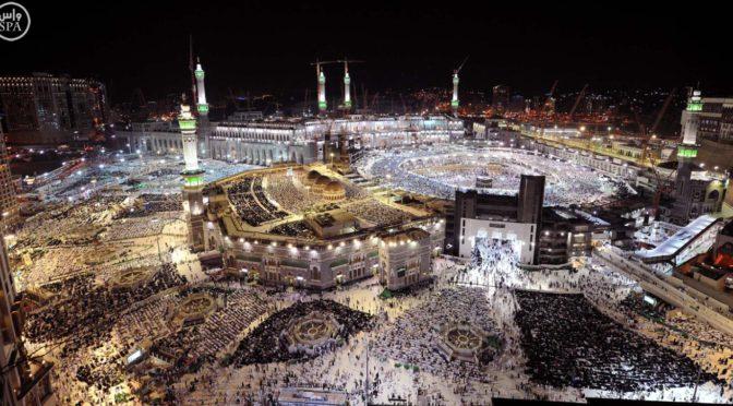 Паломники пребывают в Благородную Мекку, дабы провести там последнюю декаду месяца Рамадан