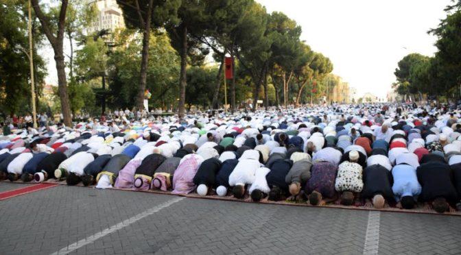 Шейх ал-Толиб возглавил сегодня в качестве имама тысячи молящихся в молитве праздника Ид аль-Фитр в Албании