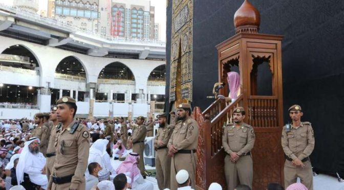 Служитель Двух Святынь совершил праздничную молитву в Запретной Мечети