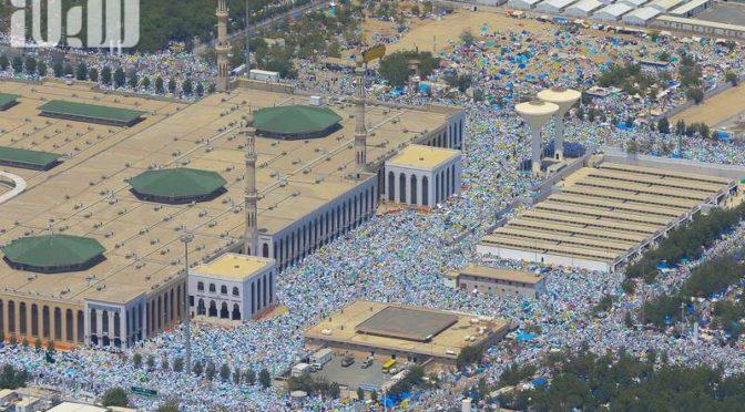 Совершая облёт с авиацией сил безопасности фотокоореспондент «Сабк» запечатлел стояние паломников  у  подножия Арафата