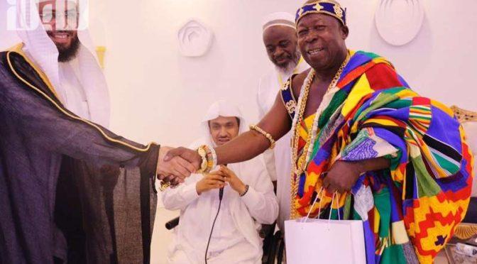 Имам Запретной Мечети поздравил племенного вождя из Ганы  после принятия им Ислама и совершения Хаджа