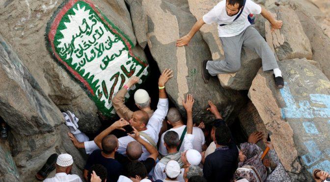 Паломники посещают пещеру Хира