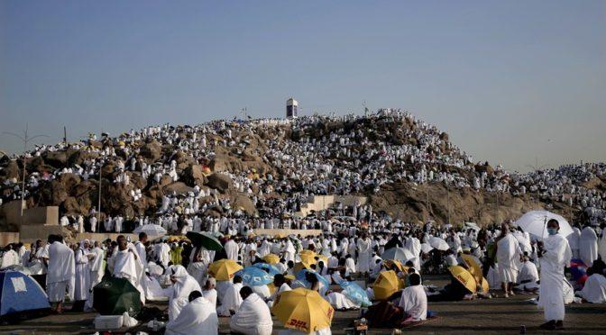Гора Арафат сотрясается от звуков такбиров и дуа
