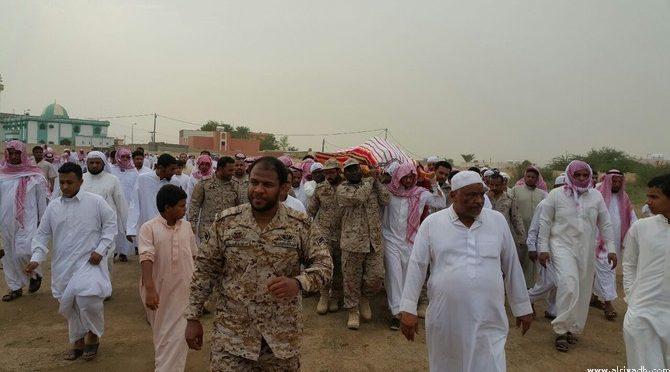 Группа скорбящих участвовала в похоронах павшего мученником ефрейтора Джамаха в округе Самита