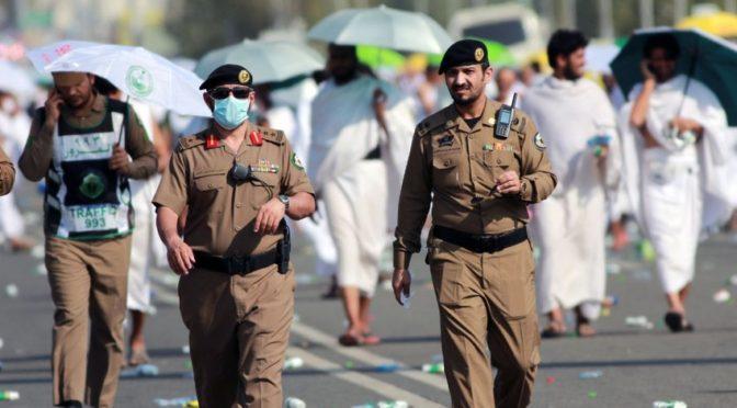 Сотрудники сил безопасности … защищая одной рукою и помогая другой