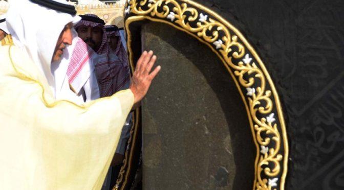 По поручению Служителя Двух Святынь .. принц Халид Фейсал почтил Каабу омовением