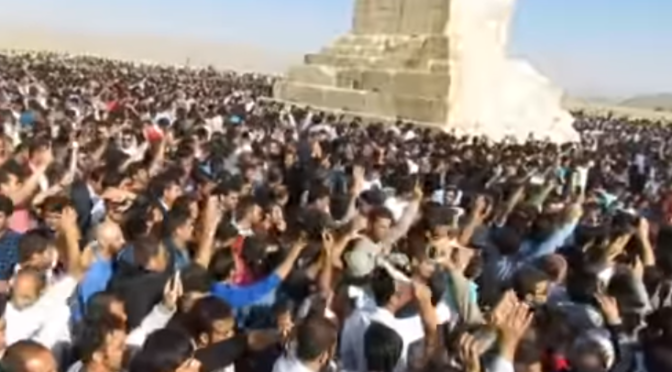 Тысячи иранцев устроили демонстрацию в честь оживления памяти о своей доисламской истории, скандируя лозунги: «Мы не поклоняемся Господу арабов»