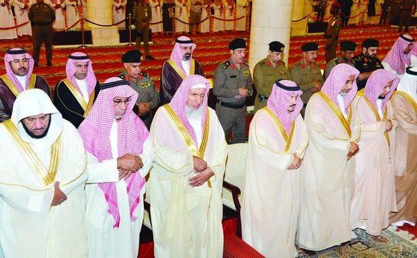 Губернатор Эр-Рияда провёл молитву истиска