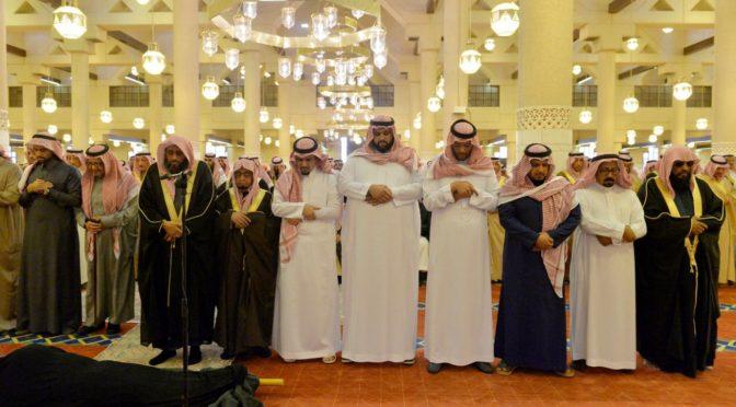 Принц Мукрин бин Абдулазиз и принц Фейсал бин Бандар исполнили похоронную молитву по принцессе Бандари бинт Насир бин Абдулазиз, да помилует её Аллах