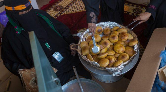 В павильоне провинции Касым на фестивале Джанадирия местные семьи готовят еду прошлых времён для нынешнего поколения