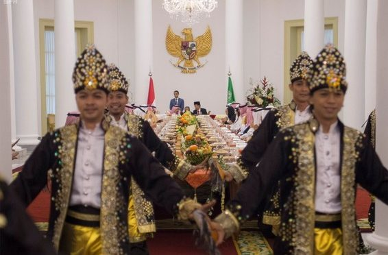 Служитель Двух Святынь почтил своим визитом торжественный ужин,  который дал президент Индонезии