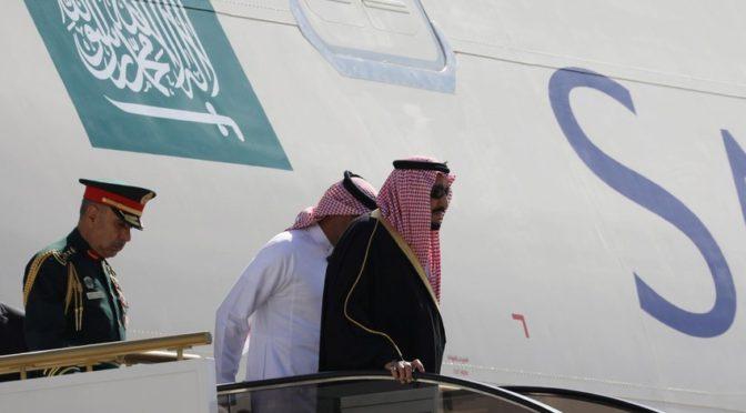 Лётчик иорданского истребителя приветствует Служителя Двух Святынь в столице Иордании г.Амман