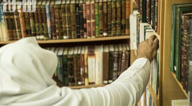 Владелец одной из старейших домашних библиотек в Табуке — пожилой мужчина 83 лет