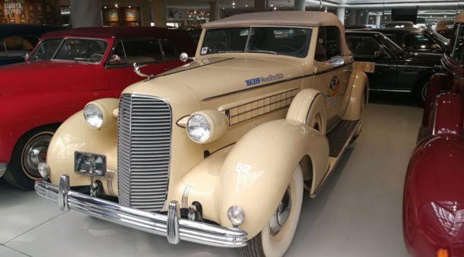 Экспозиция ретро-автмобилей 60-ых годов 20 века в Королевстве