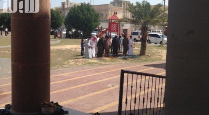 Около некоторых джума-мечетей и квартальных мечетей Джубейлы молящиеся вынуждены располагатся на дорогах ввиду переполнения мечетей