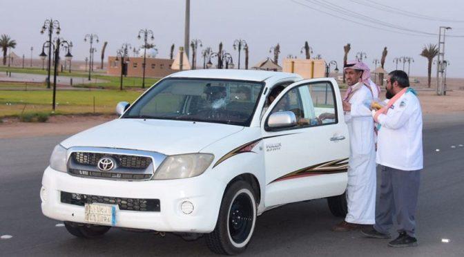 Члены движения скаутов округа Зульфи раздают наборы для ифтара постящимся путешественникам