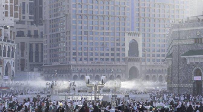 228 вентиляторов увлажняют воздух на площадях Запретной Мечети