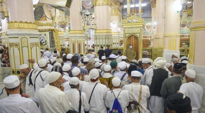 Фотокорреспондент «ВАС» запечатлел посетителей Мечети Пророка в Роуда Шариф