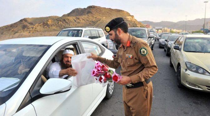 Дорожная полиция Лучезарной Медины вручает цветы и подарки в первый день учебного года