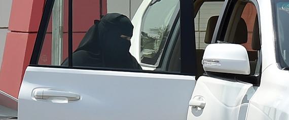 Дорожная полиция: саудийки могут получить национальное водительское удостоверение сразу же в случае, если у них уже есть таковое, полученое в странах, чьё ВУ признаётся в Королевстве