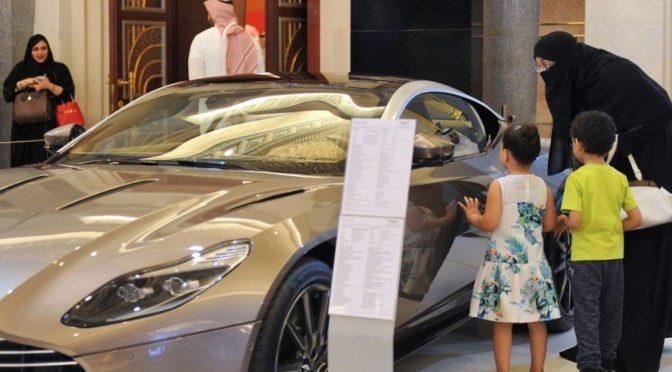Приглашение женщин на автомобильную выставку в Королевстве