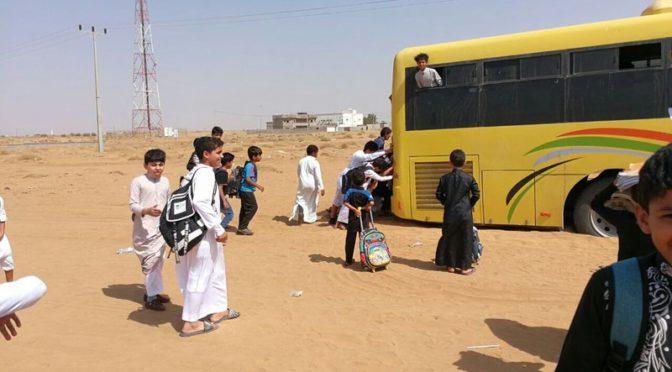 Школьники выталкивают увязший в песке автобус в провинции Джазан