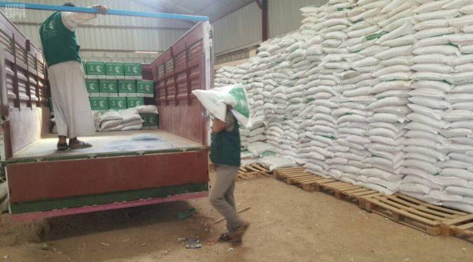 Центр гуманитарной помощи им.Короля Салмана распределяет корзины гуманитарной помощи в муниципалитете Хазм провинции Джуф