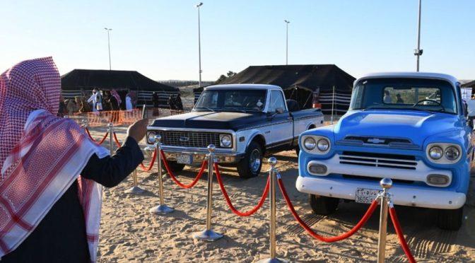 Ретро-автомобили привлекают посетителей 2-ого фестиваля пустыни в Бакик