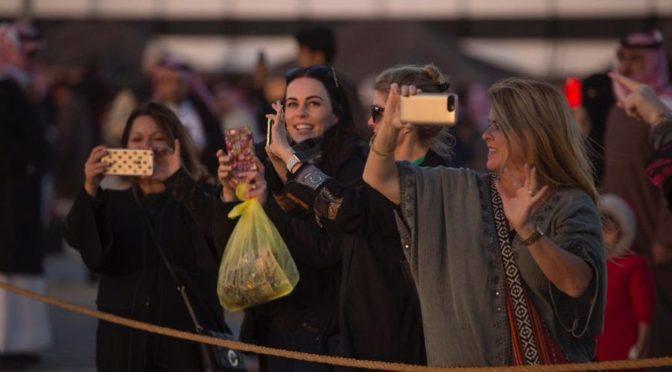 Камеры инострацев запечатлевают наследие пустыни на фестивале в Бакик