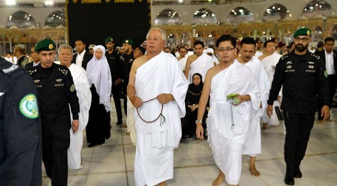 Премьер-министр Малайзии исполнил обряды Умры