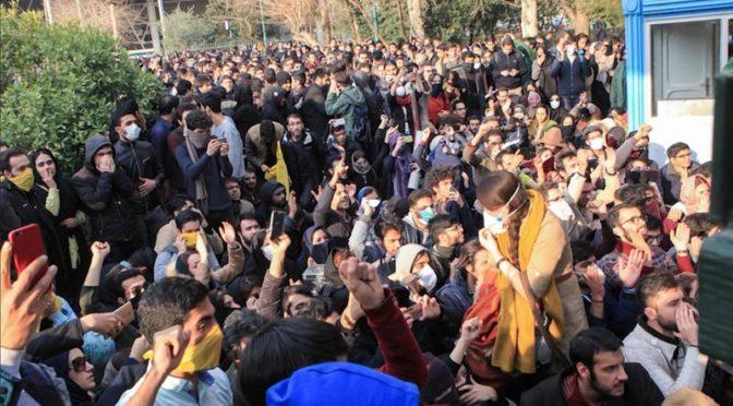 Иранский полицейский отказывается противостоять демонстрантам в Карамшахе
