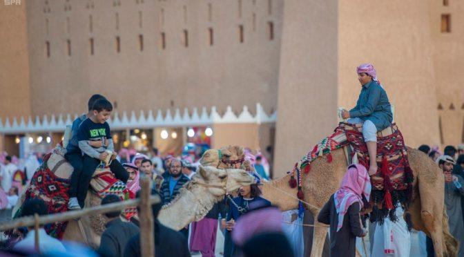 Катание на верблюдах для развлечения детей предлагается в павильоне провинции Касым на фестивале Джанадирия