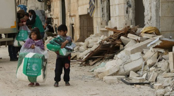 Центр гуманиатрной помощи им.Короля Салмана продолжает распределение одежды для беженцев в г.Харитан в северных предместьях Алеппо