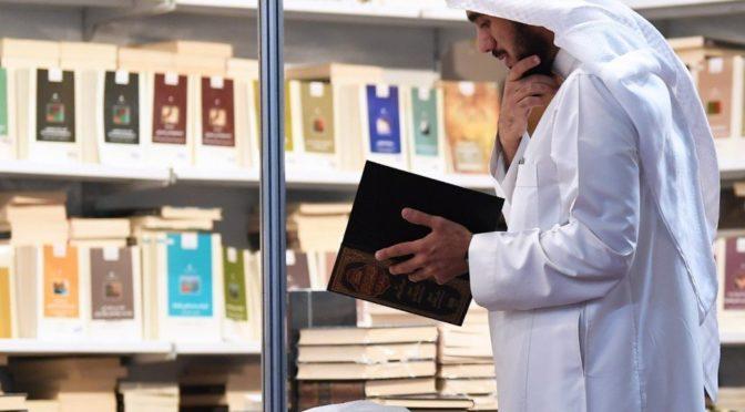 Посох знания и чтения — то, на что опирается 80-летний посетитель Книжной выставки в Эр-Рияде
