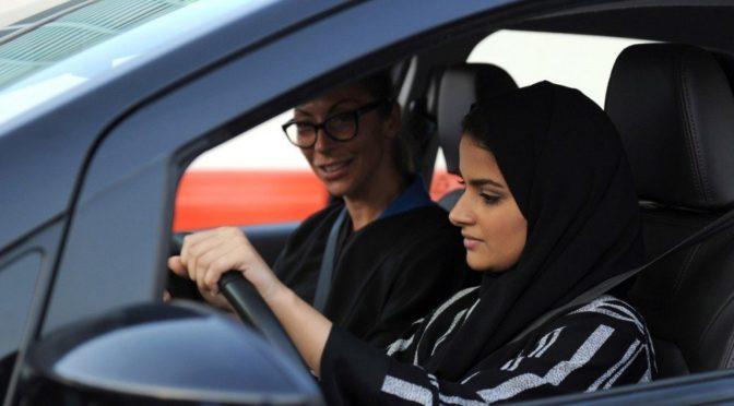 Студентки Университета Иффат* обучаются навыкам вождения автомобиля