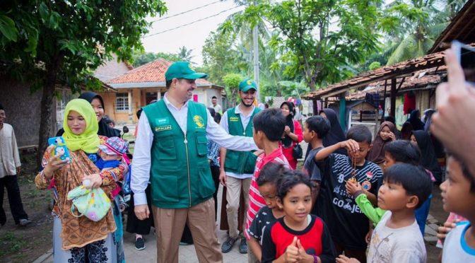 Центр гуманитарной помощи им.Короля Салмана раздаёт корзины гуманитарной помощи нуждающимся семьям в Индонезии