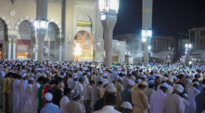 Группа молящихся  совершила первую молитву таравих в Мечети Пророка